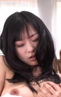 Eカップ美爆乳羽月希ちゃんが登場!マイローターを取り出して、おマンコを見せつける。連続の潮吹きで、シーツはびっしょり!