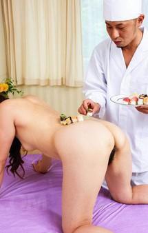スリーサイズはB88W62H87cmとモデル級の美熟女加納瞳さん。今回は寿司職人を呼び出し、寿司をカラダで受ける女体盛り!