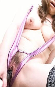 爆乳美熟女美山蘭子さんが、股割れプレイスーツで登場。M字開脚放尿からバイブオナニーでイキまくり!
