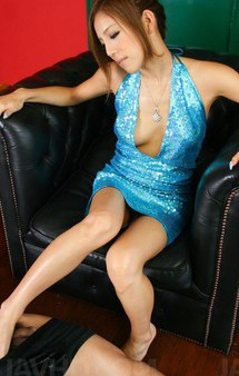 足コキの女王長月ラム!ミニスカドレスの下はノーパン。足コキをする度におマンコが見え隠れ。長い脚で足コキして、ザーメンゲット!