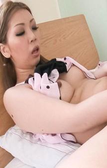 ナイスなボディの小林愛弓ちゃんの寝起きのオナニー。黒いデカバイブを卑猥な膣口にズボッとぶち込むとイクイクと昇天!
