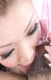小林愛弓ちゃんがピンクのナース姿で登場!検温の代わりにバキュームフェラ。チンポを奥まで咥えて吸い上げてくれます!