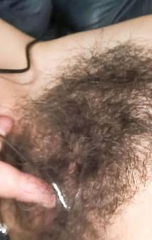 美熟女夏樹カオルさんが剛毛マン毛を見せ付ける。卑猥なおマンコをローター&バイブ責めで、イクイクと大絶叫。
