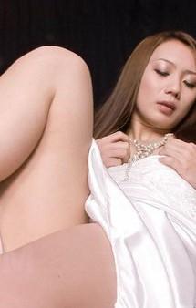 極上スレンダー神崎レオナちゃんがピンク色の膣肉を晒せてオナニー。おマンコを激しく指マンでイクイクと昇天!