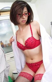 赤いメガネの女医夏樹カオルさんが患者を性治療。赤いメガネを掛けたままのご奉仕フェラから、生ハメ騎乗位でイキまくる!