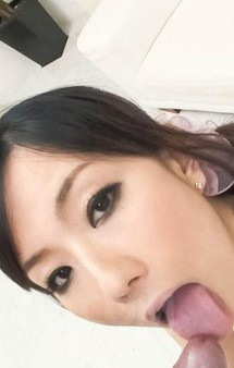 美熟女小向まな美さんが登場。亀頭を舐めあげ、小さなお口でバキュームフェラ。濃いザーメンをお口でキャッチ!