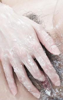 Eカップ爆乳お姉さま瀬織さらちゃんがバスルームオナニー。巨乳&縦長おマンコを見せつけ、指マンでイクイクと昇天!