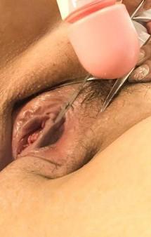 B110cmでLカップ爆乳漣ゆめちゃんが爆乳を披露。卑猥なおマンコを押し広げて、小さなクリとピンク色の膣肉を画面に晒せてくれます!