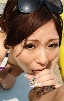 プールサイドにセクシービキニのパイパンあやみちゃんが見せ付けオナニー、差し出されたチンポをバキュームでザーメンゲット!