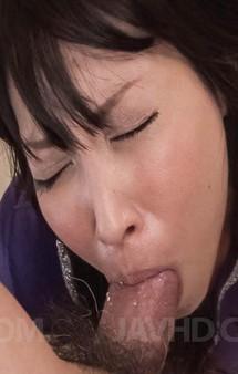 熟女と呼ぶには早すぎる北川千尋さんの旦那はド変態。朝から千尋さんをイラマチオ責め。Tバックを剥がして指マン責め!