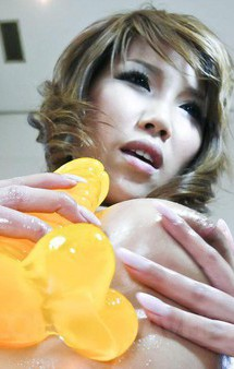Eカップ美巨乳西村あきほちゃんが見せ付けローションオナニー。デカディルドに跨って激しくグラインドさせイキまくり!