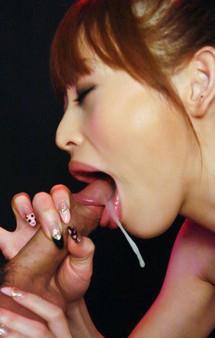セクシーなマイクロビキニで登場の吉原ミィナちゃんが、ジュルジュルと音を立ててのバキュームフェラ。濃いザーメンをお口でキャッチ!