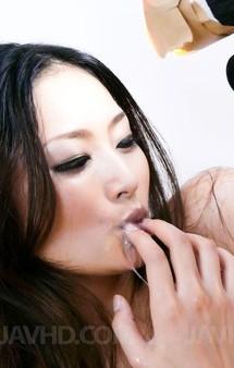 極上モデル級美女村上里沙ちゃんがマイクロビキニで登場。豪快Wフェラで連続の口内射精でザーメンキャッチ!