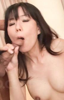 美熟女小向まな美さんが浴衣姿で登場。電マ&クンニ責めで喘ぎまくって、豪快Wフェラでバキューム。連続の口内射精!