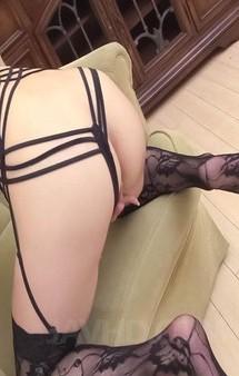 セクシーなガーターストッキングとプレイスーツが良く似合う美熟女倖田李梨さんが登場。卑猥なアワビを見せ付けて、昇天オナニー!