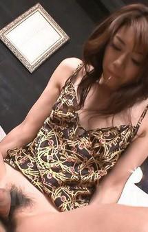 スーパー美熟女北条麻妃さんの痴女プレイ。長い両脚で足コキご奉仕から、マッパになって手コキ&フェラで口内射精!