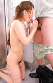 人気風俗嬢三村ちなちゃんが痴漢プレイに挑戦。次々と服を剥ぎ取られ、抱え上げられ大開脚。強制フェラから、連続の顔射!
