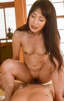 美乳美熟女篠田涼花が大好きなチンポをバキュームフェラ。豪快な騎乗位、バックでイキまくって濃いザーメンを中出し!