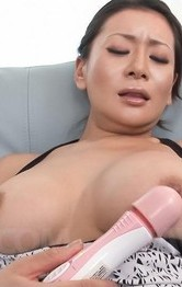 Asian Shaved Mom - Rei Kitajima gets orgasm from vibrator and cock between assets